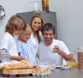 Famille joyeuse prenant le petit déjeuner Images libres de droits