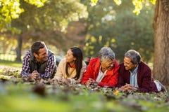 Famille joyeuse se trouvant au parc image libre de droits