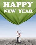 Famille joyeuse tirant une nouvelle année de bannière Photo libre de droits
