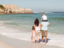 Famille joyeux à la plage image libre de droits