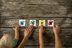 Famille jugeant de papier sur le Tableau pour le concept de la vie Photo libre de droits