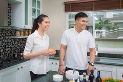 Famille juste mariée dans la chambre de cuisine Photo stock