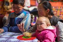Famille kazakh des chasseurs avec les aigles d'or à l'intérieur du Yurt mongol Dans Bayan-Olgii la province est peuplée principal images libres de droits