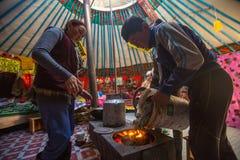 Famille kazakh des chasseurs avec les aigles d'or à l'intérieur du Yurt mongol Dans Bayan-Olgii la province est peuplée principal photographie stock