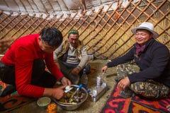 Famille kazakh des chasseurs avec les aigles d'or à l'intérieur du Yurt mongol Dans Bayan-Olgii la province est peuplée principal images stock