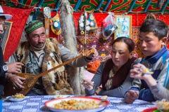 Famille kazakh des chasseurs avec les aigles d'or à l'intérieur du Yurt mongol Dans Bayan-Olgii la province est peuplée principal image libre de droits