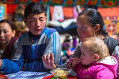 Famille kazakh des chasseurs avec les aigles d'or d'oiseaux de chasse à l'intérieur du Yurt mongol photos libres de droits