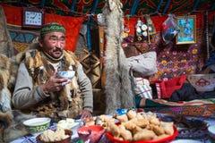 Famille kazakh des chasseurs avec les aigles d'or d'oiseaux de chasse à l'intérieur du Yurt mongol photo libre de droits