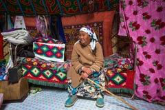 Famille kazakh des chasseurs avec les aigles d'or d'oiseaux de chasse à l'intérieur du Yurt mongol image libre de droits