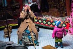 Famille kazakh des chasseurs avec les aigles d'or d'oiseaux de chasse à l'intérieur du Yurt mongol photographie stock libre de droits