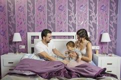 Famille à la chambre à coucher. Photo libre de droits