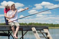 Famille le long en voyage de pêche sur le lac Photographie stock libre de droits