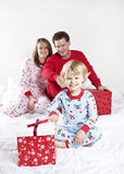 Famille le matin de Noël Photo stock