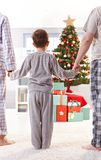 Famille le matin de Noël Photos libres de droits