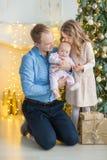 Famille le réveillon de Noël à la cheminée Enfants ouvrant des présents de Noël Enfants sous l'arbre de Noël avec des boîte-cadea photographie stock