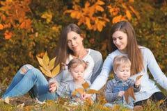 Famille lesbienne alternative avec l'outdoo de mères, de fille et de garçon Images stock
