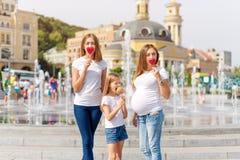 Famille lesbienne Samesex avec l'enfant sur une promenade en parc près des fontaines Mères de lesbiennes avec l'enfant adopté, he Photo stock