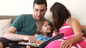 Famille lisant la bible ensemble banque de vidéos