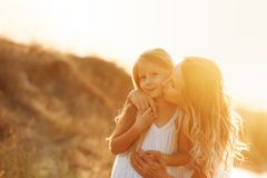 famille Mère et fille baiser Photo stock