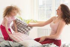 famille Mère et fille Combat d'oreiller Images libres de droits