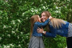 famille Mère et fille embrassez Photo libre de droits