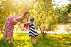 famille Mère et fille enceintes dehors Photo libre de droits