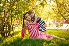 famille Mère et fille enceintes en parc Images stock