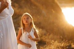 famille Mère et fille entretien Photo stock
