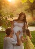 famille Mère, père et fille enceintes Photographie stock