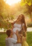 famille Mère, père et fille enceintes Photos stock