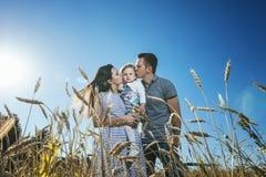 Famille, maman, papa et fille heureux et beaux dans le domaine Photo stock