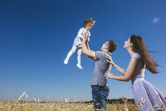 Famille, maman, papa et fille heureux et beaux dans le domaine Photos libres de droits