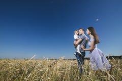 Famille, maman, papa et fille heureux et beaux dans le domaine Photographie stock