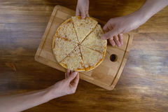 Famille mangeant de la pizza chaude, vue supérieure Photo stock