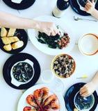 Famille mangeant des fruits de mer en Espagne photos stock