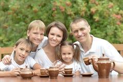 Famille mangeant des fruits en été photos libres de droits