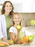 Famille mangeant des pommes Images libres de droits