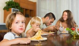 Famille mangeant des spaghetti photo libre de droits