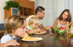 Famille mangeant des spaghetti photos stock