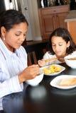 Famille mangeant le déjeuner Images libres de droits
