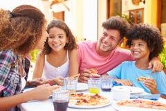 Famille mangeant le repas au restaurant extérieur ensemble photographie stock libre de droits