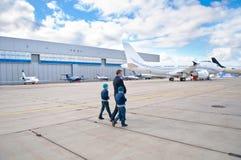Famille marchant à l'avion à réaction d'affaires photographie stock