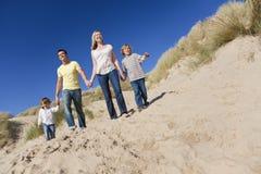 Famille marchant ayant l'amusement à la plage Photographie stock libre de droits