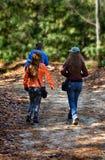 Famille marchant dans la forêt Photos libres de droits