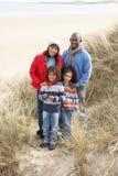 Famille marchant en dunes sur la plage de l'hiver Photos libres de droits