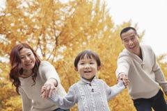 Famille marchant en parc Photographie stock libre de droits