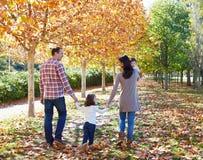 Famille marchant en parc d'automne photo stock