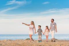 Famille marchant ensemble à côté de la mer Image libre de droits