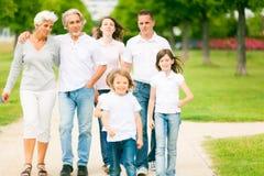 Famille marchant par le parc Photographie stock