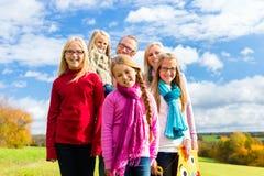 Famille marchant par le parc Images stock